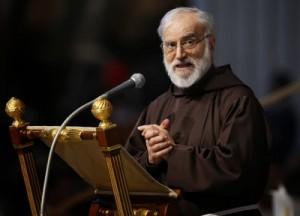 Frei Raniero Cantalamessa em discurso no Vaticano